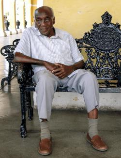 Old man at cemetary, Havanna